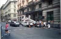Manifestazione esperantista davanti alla sede del Messaggero, contro il silenzio dell'informazione sulla lingua internazionale. Sono esposte croci alt