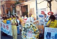 Marcia del Falun Gong, contro la persecuzione dei suoi membri in Cina, da piazza di Trinità di Monti all'ambasciata cinese. I manifestanti schierati d