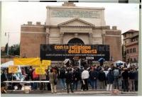 """Manifestazione anticlericale, nella ricorrenza del 20 settembre, davanti a porta Pia. Banner: """"Con la religione della libertà contro il potere vatican"""