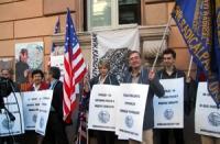 """Manifestazione nell'anniversario della morte di Antonio Russo, di fronte all'ambasciata russa. Cartelloni: """"La verità su Andrea Tamburi e Antonio Russ"""