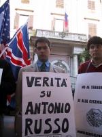 """Manifestazione davanti all'ambasciata russa nell'anniversario dell'uccisione di Antonio Russo. Daniele Capezzone indossa il cartello:  """"Verità su Anto"""