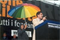 Daniele Capezzone tiene un comizio in occasione della manifestazione radicale a porta Pia, nella ricorrenza del 20 settembre. Dietro a lui, Emma Bonin