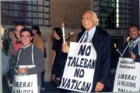 Francesco Radicioni (a sinistra, in primo piano) e Marco Pannella (con il cartello No Vatican No Taleban), nel corteo da porta Pia a piazza San Pietro