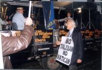 """Corteo anticlericale da porta Pia a piazza San Pietro. Marco Pannella (che indossa il cartello: """"No taleban no vatican""""), presso il carretto con l'orc"""
