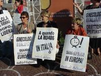 """Manifestazione a sostegno dell'introduzione in Italia della pillola RU486, di fronte al Palazzo dei Congressi di Roma, dove si tiene il convegno: """"Bio"""