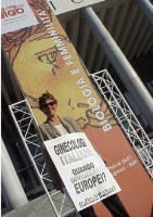 """Mirella Parachini manifesta a sostegno dell'introduzione della RU486 in Italia, davanti al Palazzo dei Congressi, dove si tiene il convegno: """"Biologia"""