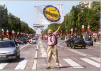 Il radicale Giancarlo Galliani sventola la bandiera della lista Bonino sul viale degli Champs Elysées.