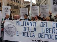 Manifestazione radicale davanti a Montecitorio, in solidarietà con i cinque esponenti del PR arrestati in Laos, nel corso di una manifestazione nonvio