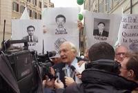 Marco Pannella partecipa alla manifestazione radicale davanti a Montecitorio, in solidarietà con i cinque esponenti del PR arrestati in Laos, nel cors