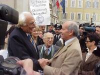 Marco Pannella e Fausto Bertinotti si incontrano durante la manifestazione radicale davanti a Montecitorio, in solidarietà con i cinque esponenti del