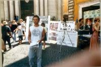 Tavolo di raccolta firme - a Fontana di Trevi - a una petizione per l'incriminazione di Slobodan Milosevic al tribunale dell'Aia. Il militante che dis