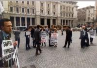 """Manifestazione a sostegno di un decreto legge che """"ripulisca"""" le liste elettorali da morti e dispersi in vista delle prossime votazioni referendarie."""