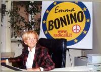 Emma Bonino, seduta davanti al simbolo della lista Bonino.