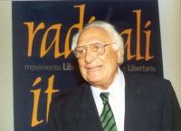 Marco Pannella di fronte al simbolo dei Radicali Italiani.