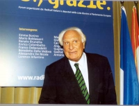 """Marco Pannella, di fronte al banner del convegno: """"Globalizzazione? Sì, grazie"""", promosso dai Radicali italiani e dagli eurodeputati della Lista Bonin"""
