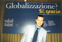 """Benedetto Della Vedova, davanti al banner del convegno: """"Globalizzazione? Sì, grazie"""", promosso dai Radicali Italiani e dal Parlamento Europeo."""