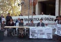 Conferenza stampa davanti al Ministero della Sanità, con Marco Pannella, Luca Coscioni, ???, Daniele Capezzone, sulla libertà di ricerca e di cura. Al