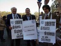 Manifestazione davanti al Ministero della Sanità, sulla libertà di ricerca e di cura. Marco Pannella, Benedetto della Vedova, Marco Cappato, indossano