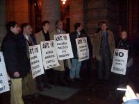 """Manifestazione presso palazzo Chigi, a sostegno dell'abrogazione dell'articolo 18 dello statuto dei lavoratori. Cartelli: """"Art.18 Governo, decidi tu o"""