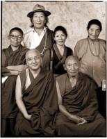 Gruppo di monaci tibetani. In prima fila, da sinistra a destra: Thupten Tempa, Palden Gyatso. Seconda fila, sx - dx: Yeshi Puntsok (capo del Partito N
