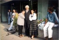 Marco Pannella, in posa per una fotografia con due donne (???). A sinistra, sullo sfondo, Benedetto Della Vedova.