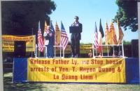 Cerimonia a Los Angeles (Little Saigon) in seguito all'azione di disobbedienza civile di Dupuis in Vietnam. Sul palco, Olivier Dupuis (segretario del