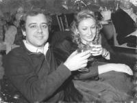 riratto di Cochi Ponzoni (comico) insieme alla moglie (BN)