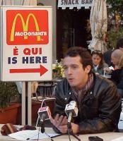 Perluigi Diaco (opinionista, dj) - davanti al Macdonald di piazza del Pantheon - in occasione della presentazione del manifesto pro-global dei Radical