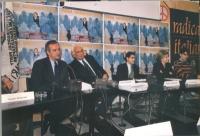 Conferenza stampa di presentazione del primo satyagraha mondiale per la presenza di donne nel nuovo governo afghano. Da sinistra: Valter Veltroni, Mar