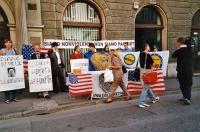 Manifestazione in solidarietà con gli Stati Uniti d'America, davanti a un'agenzia consolare USA.
