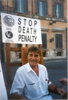 Mario Valdemarin (attore) posa come testimonial della campagna per l'abolizione della pena di morte.