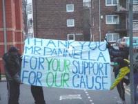 Manifestazione svoltasi davanti alla stazione di polizia di Stockport prima dell'azione di disobbedienza civile di Marco Pannella (distribuzione di ha