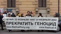 """Manifestazione contro la guerra in Cecenia, davanti all'ambasciata russa. Striscione (in cirillico): """"Cecenia: 23 febbraio 1944 - 23 febbraio 2002 / B"""