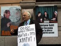 Marco Pannella, presente alla manifestazione contro la guerra in Cecenia (fra il manifesto dedicato ad Antonio Russo e quello raffigurante Adriano Sof