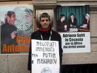 Olivier Dupuis partecipa alla manifestazione contro la guerra in Cecenia, davanti all'ambasciata russa.