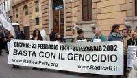 """Manifestazione davanti all'ambasciata russa contro la guerra in Cecenia. Striscione: """"Cecenia: 23 febbraio 1944 - 23 febbraio 2002 / BASTA CON IL GENO"""