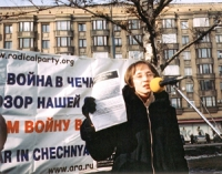 Manifestazione contro la guerra in Cecenia. Alena Asaeva, member of the Coordination Committee of Russian Radicals