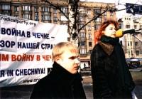Manifestazione contro la guerra in Cecenia. Andrej Rodionov e Anna Zaitseva.