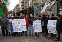 """Manifestazione contro la guerra in Cecenia. Cartelli: """"Stop the war in Chechenia"""", """"Tchetchenie: l'Europe doit agir!"""". Fra i manifestanti: Martin Schu"""