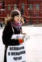 Volantinaggio in difesa delle donne cecene. Katja Stecenko (militante radicale).