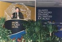 4° congresso italiano del PR. Marco Taradash parla dalla tribuna. Logo e banner