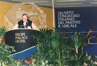 4° congresso italiano del PR. Renè Andreani parla dalla tribuna. Logo e banner