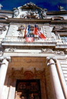 La bandiera del Tibet esposta sulla facciata del municipio di Lione.