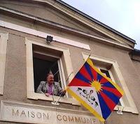 Il sindaco del comune di Mâlain espone la bandiera del Tibet sul palazzo comunale.