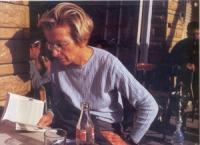 Emma Bonino seduta al tavolo all'aperto di un caffé.