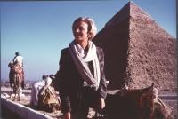 Emma Bonino presso la piazza delle tre piramidi.