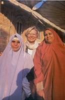 Emma Bonino fra due donne vestite di abiti islamici.