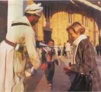 Emma Bonino con un venditore di acqua aromatizzata.