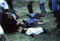 Strage nel nord del Laos. Sono allineati in terra, i cadaveri di cinque bambini.
