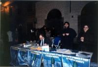 Tavolo di raccolta firme sulle 25 proposte di legge radicali, a piazza Santa Maria in Trastevere. Dietro il tavolo, Valter Vecellio e Alessandro Cafor